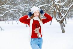 Ładna kobieta w czerwieni dział pulower z jelenią pozycją w wi Zdjęcie Royalty Free