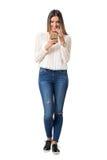 Ładna kobieta w galonowy koszulowy ono uśmiecha się podczas gdy czytający telefon komórkowy wiadomość obraz stock