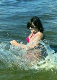 Ładna kobieta w iskrach woda Fotografia Stock