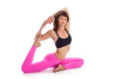 Ładna kobieta w joga pozie - Jeden Iść na piechotę królewiątko pozycja. Obrazy Royalty Free
