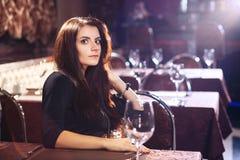 Ładna kobieta w klubie nocnym Zdjęcia Stock