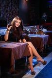 Ładna kobieta w klubie nocnym Obrazy Royalty Free
