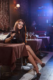 Ładna kobieta w klubie nocnym Obraz Royalty Free