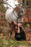 Ładna kobieta z appaloosa koniem w jesieni Zdjęcie Royalty Free