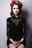 Ładna kobieta z cretive fryzury obsiadaniem na krześle Fotografia Stock