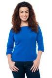 Ładna kobieta z długim kędzierzawym włosy w przypadkowym fotografia royalty free