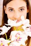 Ładna kobieta z kwiatami obraz royalty free