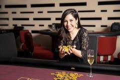 Ładna kobieta z mnóstwo kasynowymi układami scalonymi fotografia royalty free