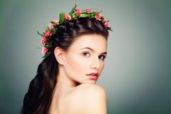 Ładna kobieta z nagą postacią Uzupełniał, Świeża skóra obraz royalty free