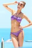 Ładna kobieta z okularami przeciwsłoneczne dalej przy basenem obraz stock