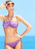 Ładna kobieta z okularami przeciwsłoneczne przy basenem Obrazy Royalty Free