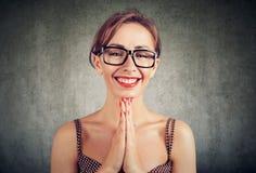 Ładna kobieta z palmami wpólnie, zadowolonego twarzy wyrażenie, pyta someone przysługę fotografia royalty free