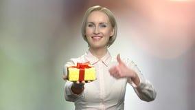 Ładna kobieta z prezenta kciukiem w górę i pudełkiem zdjęcie wideo