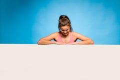 Ładna kobieta z słuchawkami nad pustym panelem Obrazy Stock
