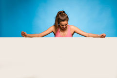 Ładna kobieta z słuchawkami nad pustym panelem Obraz Stock