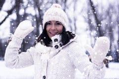 Ładna kobieta z snowball Zdjęcia Royalty Free