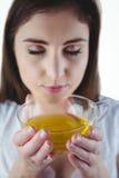 Ładna kobieta z ziołową herbatą zdjęcie stock