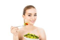 Ładna kobiety łasowania sałatka odizolowywająca na białym tle Zdjęcia Stock