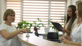 Ładna kobiety pełni forma przy przyjęciem w klinice zbiory