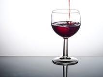 Ładna kropla czerwone wino - nalewający w szkło Obrazy Royalty Free