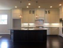 Ładna kuchnia z wyspa kontuarem i łomotanie pokojem Zdjęcie Stock