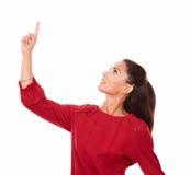 Ładna latynoska kobieta wskazuje up i przyglądający up Obrazy Royalty Free