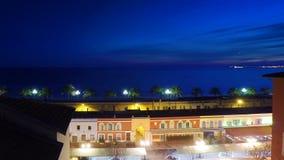 Ładna linia brzegowa i stary rynek z niebieskim niebem, Cote d ` lazur, Francja zbiory