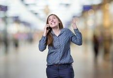 Ładna młoda biznesowa kobieta opowiada Mobil telefon nad plamy bac Zdjęcie Stock