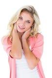Ładna młoda blondynka ono uśmiecha się przy kamerą Zdjęcie Royalty Free