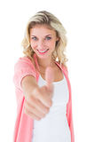 Ładna młoda blondynka pokazuje aprobaty Zdjęcie Royalty Free