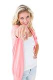 Ładna młoda blondynka wskazuje przy kamerą Zdjęcie Stock