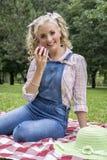 Ładna młoda blondynki kobieta z jabłkiem zdjęcia royalty free