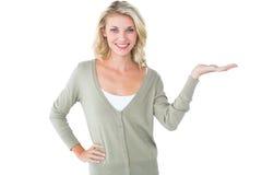 Ładna młoda blondynki mienia ręka out Fotografia Stock
