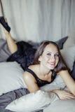 Ładna młoda brunetki kobieta w sypialni wnętrzu Fotografia Royalty Free