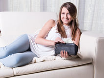 Ładna młoda dziewczyna bierze dolary z kiesy zdjęcie royalty free
