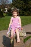 Ładna młoda dziewczyna ma zabawę przy parkiem zdjęcia royalty free