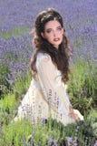Ładna młoda dziewczyna Outdoors w Lawendowym kwiatu polu fotografia stock