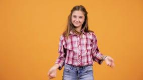 Ładna młoda dziewczyna robi niemądrym szczęśliwym twarzom zbiory