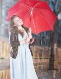 Ładna młoda dziewczyna w deszczu zdjęcia royalty free