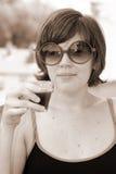 Ładna młoda dziewczyna w okularach przeciwsłoneczne, rocznika spojrzenie obrazy royalty free