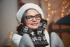 Ładna młoda dziewczyna wydatków wigilia w domu Fotografia Stock