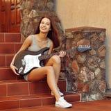 Ładna młoda dziewczyna z gitarą zdjęcia stock