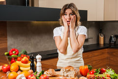 Ładna młoda gospodyni domowa męcząca i smutna w kuchni Zdjęcia Royalty Free