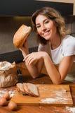 Ładna młoda gospodyni domowa z chlebem w ona ręki Zdjęcia Stock