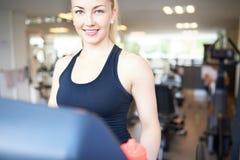 Ładna młoda kobieta Ćwiczy Wśrodku sprawności fizycznej Gym obrazy stock