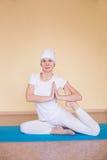 Ładna młoda kobieta angażuje w kundalini joga Zdjęcia Stock