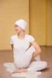 Ładna młoda kobieta angażuje w kundalini joga Fotografia Stock