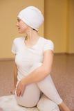 Ładna młoda kobieta angażuje w kundalini joga Zdjęcie Royalty Free