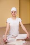 Ładna młoda kobieta angażuje w kundalini joga Fotografia Royalty Free