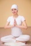 Ładna młoda kobieta angażuje w kundalini joga Obrazy Royalty Free